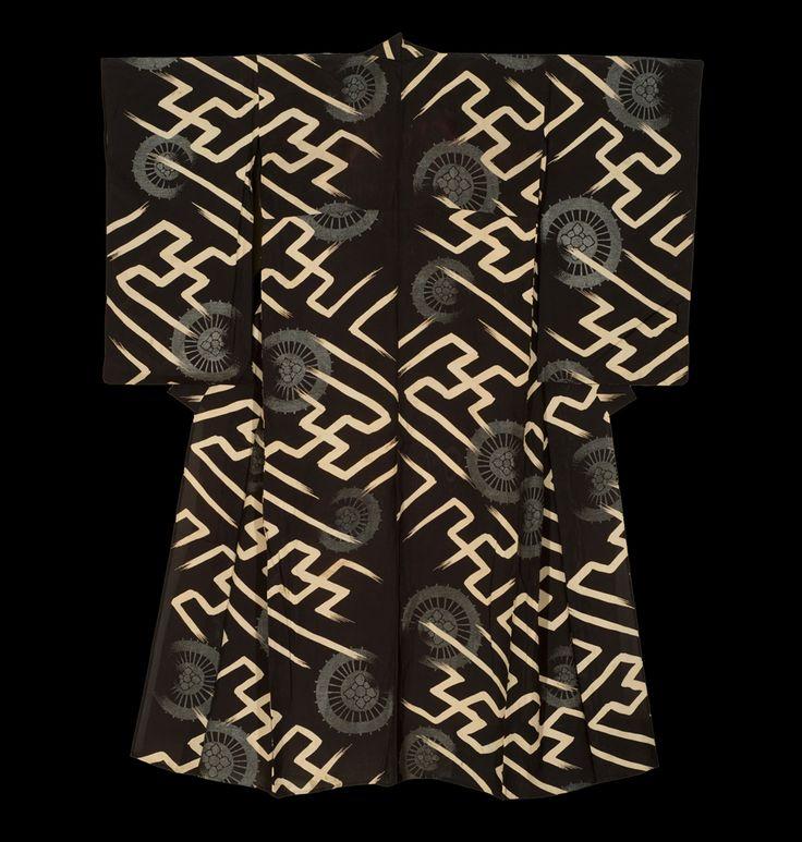 """Лето Кимоно . Ранний период Сёва (1927-1940), Япония. Кимоно Галерея. Отвесной """"ро"""" (марля) """"хитоэ"""" (беспрокладочная) шелковые кимоно с участием состыкованных со свастикой и Waterwheel мотивы. Эти все были водяные колеса ручной создатель вставки серебристые металлические нити вручную - удивительным является то , что эта вставка работа не может быть видно на обратной стороне ткани."""
