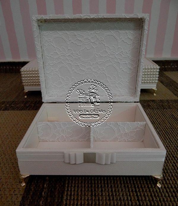 Tudo em Caixas - Caixas em MDF e Tecido (67)3211-7767: Caixas Casamento - Mães(0013PER) com Porta-jóias em tecido(0001TC), Toalha personalizada e Hidratante para Mãos Bico de Jaca e Avós (0013CAS) em Renda, com Mini-terço em Fuxicos(0132LB) - Joana & Adalberto