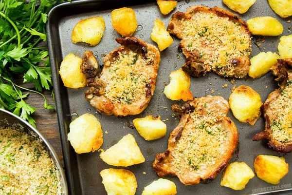 Chuletas de Cerdo. Receta fácil y rica!  para 4 personas):  8 chuletas de cerdo (yo usé Chuletas de Lomo de Cerdo ExtraTiernas) 6 cucharadas de aceite de oliva 3 cucharadas de pan rallado grueso (mira aquí como hacer pan rallado grueso) 2 cucharadas de parmesano rallado 2 cucharadas de perejil fresco picado 1 diente de ajo pequeño 1 pimienta de cayena pequeña (opcional) 1 cucharada pequeña de sal fina 1/2 cucharada pequeña de cominos molidos 1/2 cucharada pequeña de pimienta negra molida