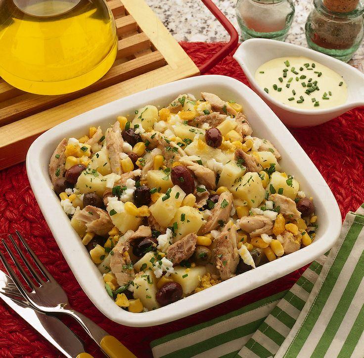 Insalatona patate, sgombri e olive con salsa alla senape