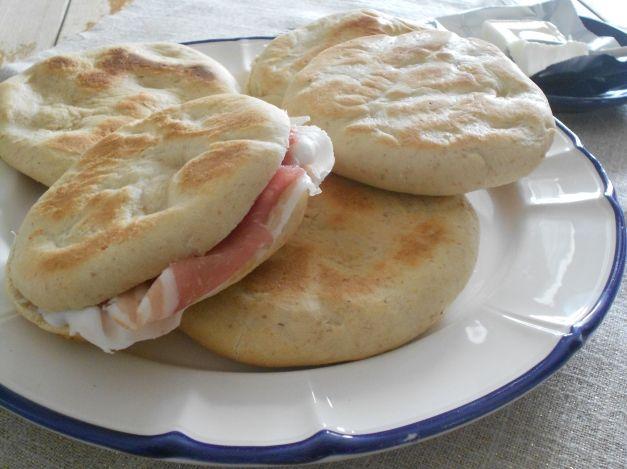 Oggi vi propongo la ricetta di morbide focaccine, facili e veloci, per utilizzare l'esubero di pasta madre non rinfrescata. Si tratta di un modo per utiliz