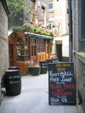Ye Olde Mitre Tavern - hidden down little streets. Maybe I can pop in for a pint.