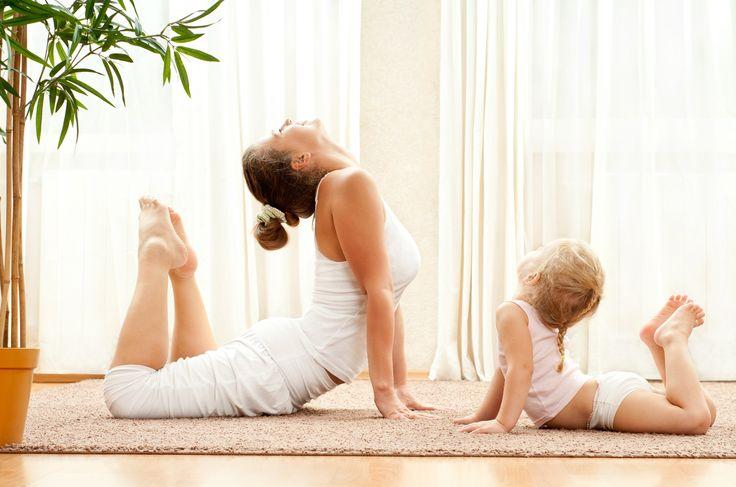 El yoga para niños es una herramienta que te permitirá jugar con ellos a la vez que aprenden técnicas sencillas de relajación, desarrollan fortaleza y conocen mejor sus emociones.