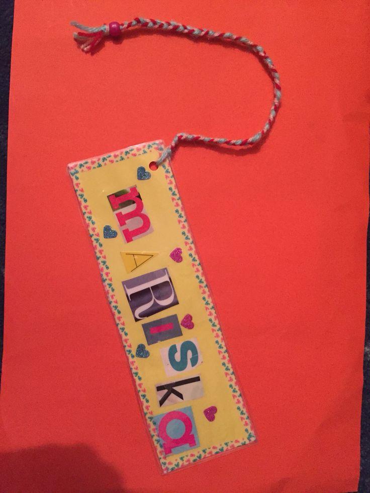 Boekenlegger. De kinderen zoeken leuke letters (hun naam) uit tijdschriften en knippen deze uit. Plakken de letters op en versieren vervolgens hun boekenlegger. Daarna lamineren.