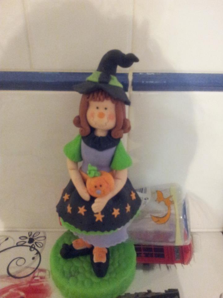 Brujilla Halloween de fondant para decoración de tarta temática.