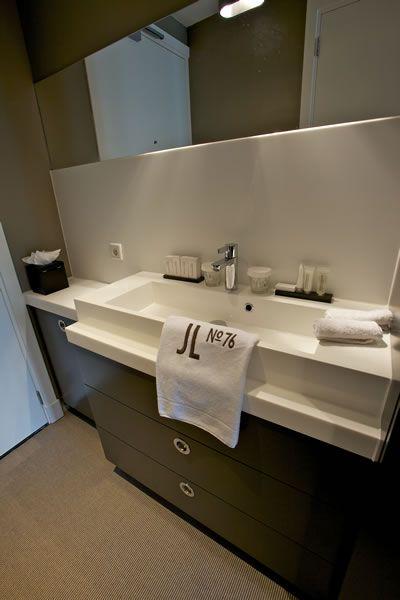 #Hotel #badkamer #Houtwerk #solid #surface #opmaat #himacs #corian #moderne #wasbak #wastafelmeubel  #wastafel #spiegelverwarming #Houtwerk #greeploze #laden met #Blum #servo #drive #badkamer #douc #opmaat #houtwerk