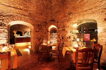 """La nostra enoteca """"l'Accademia del vino""""., ricavata nella vecchia polveriera murattiana, dai suggestivi soffitti in mattone e pietra con volte a botte, è il punto di riferimento per chi del vino ama conoscere e scoprirne tutti i segreti."""
