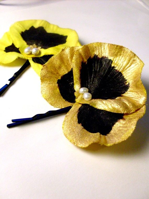 Black and Gold Pansy! @Erika Horwege i feel like you could make these...