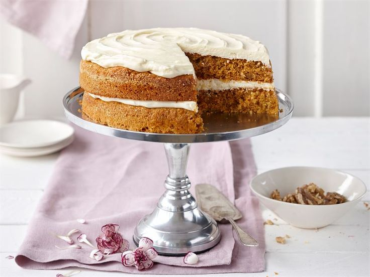 Täytetty porkkanakakku. Mehevä porkkanakakku on yksi kahviloiden suosikkikakkuja. Kanelilla ja muskottipähkinällä maustettu kakku täytetään ja kuorrutetaan sulatejuustokuorrutuksella.