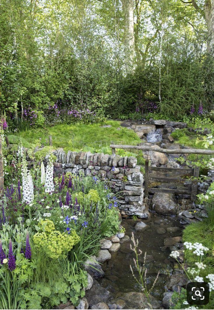 Mooie tuin met waterval en speelrivier Tuin, Prachtige