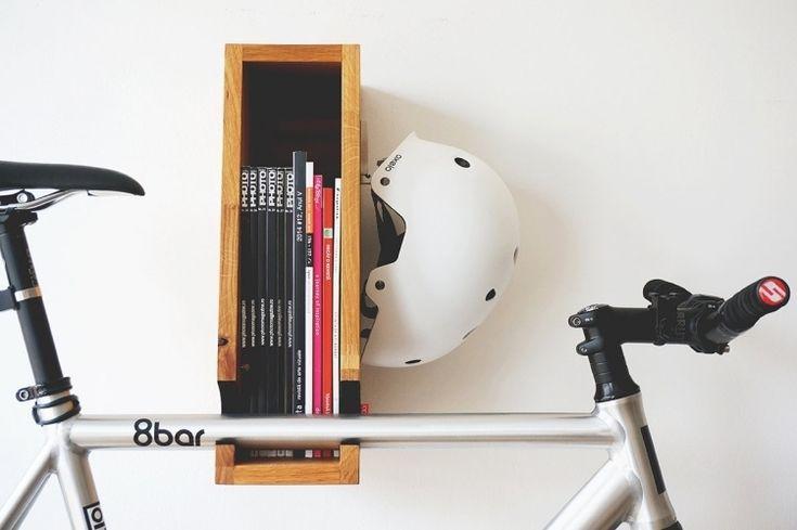 fahrradhalterung und b cherregal aus holz in eins zimmer. Black Bedroom Furniture Sets. Home Design Ideas