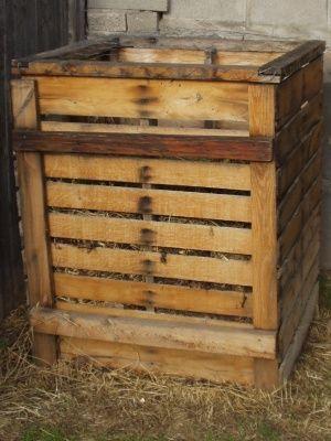 Wood Pallet Compost Bin...four pallets screwed together...presto!