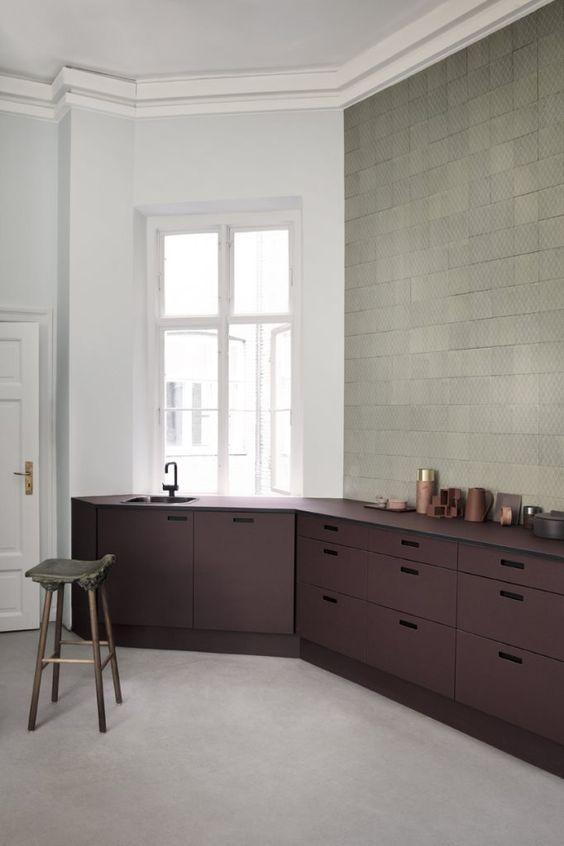 Så himla fina färgkombinationer i det här köket! Men visst hade det varit finare om man hade kaklat alla väggar... det hade jag gjort. Foto av Heidi Lerkenfeldt Love the color combinations...