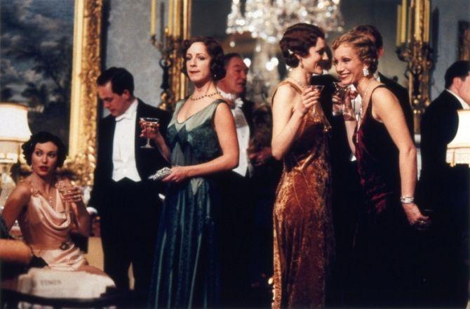 """Gosford Park (""""Assassinato em Gosford Park"""", 2001). with: Natasha Wightman, Tom Hollander, Claudie Blakley, Michael Gambon, Geraldine Somerville, Kristin Scott Thomas"""