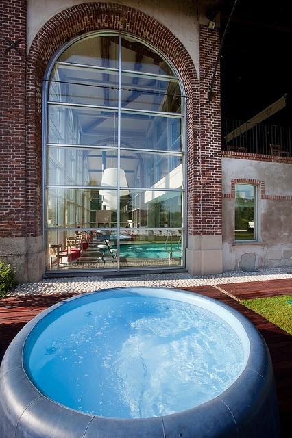 La piscina esterna alla cascina, in cui sdraiarsi e rilassarsi by Cascina Caremma