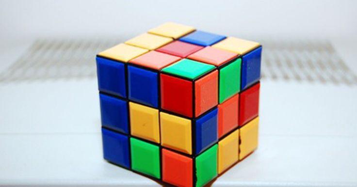 """Cómo modificar un cubo Rubik. Las personas que practican el """"speedcube"""", que consiste en resolver un cubo de Rubik tan rápido como sea posible, requieren de un cubo que no se pegue cuando sea girado. Pero incluso un aficionado del cubo de Rubik se beneficiará de tener un cubo ligero y suave. Para comprender qué piezas del cubo deben ser modificadas, lo mejor es comprender la ..."""