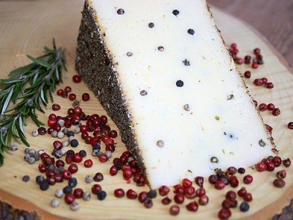 Unser #Pfefferkäse ist ein #Rohmilchkäse mit g´schmackigen #Pfefferkörnern im #Käse. Nachdem wir den #Pfefferkäse 4 Monate reifen lassen, veredeln wir Ihn zusätzlich mit einer essbaren #Pfefferkruste, erst danach erhält man die perfekte #Geschmacksexplosion von #Pfeffer und #Alpkäse.  http://shop.hochalp.com/kase/pfefferkaese-1kg.html