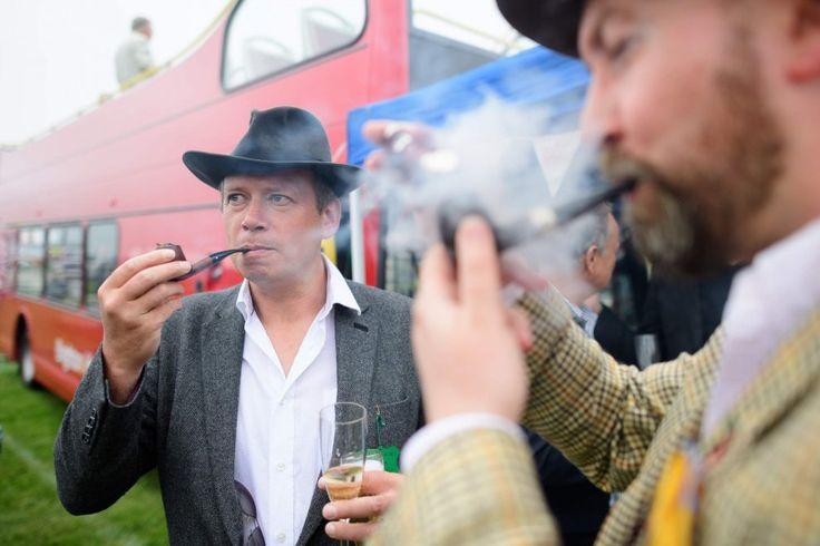 Regina del derby: Elisabetta II tra cavalli e cappelli a Epsom