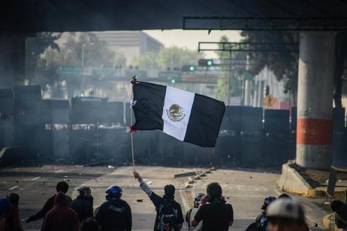 Destaca prensa mundial protestas y represión policiaca en toma de EPN