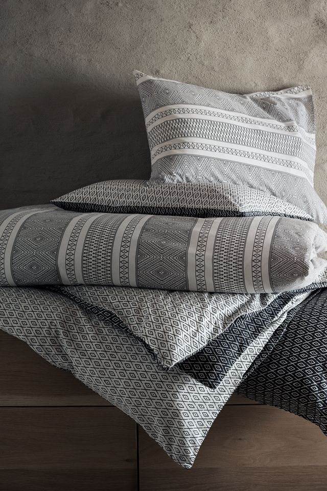 Add a comforting and calming feel to your bed with cotton bed linen in beautiful blue and white patterns. | H&M Home