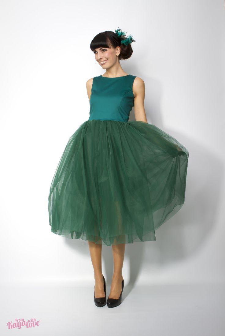 Plesové šaty Tulle ballerina Živůtek šatů je z příjemného, lehce pružného materiálu a má na zádech malý výstřih do V. Lehoučká tylová sukně má 6 vrstev a je bohatě řasená. Sukně má podšívku. Do 14 dnů veliksot XS, S, M. Složení materiálu: vrchový materiál 97% bavlna + 3% Spandex tyl 100% polyester