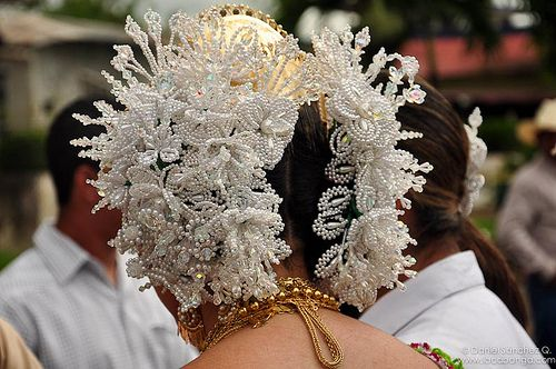 """""""Tembleques"""" head accessories made with pearls."""