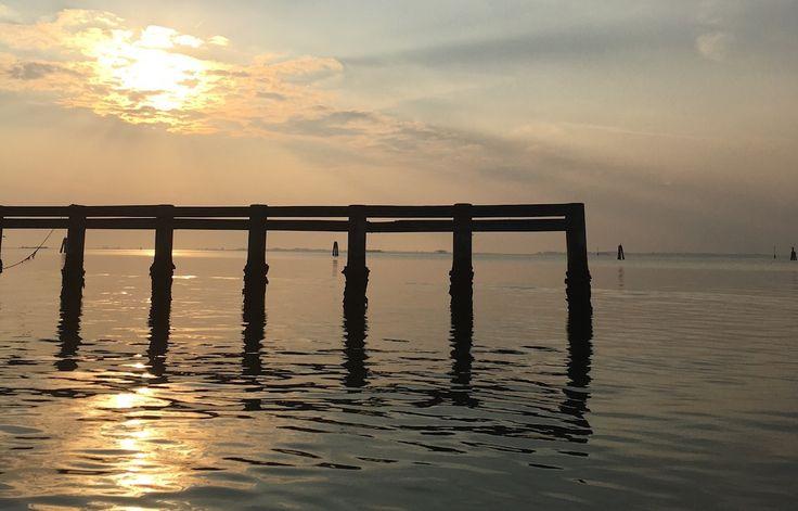 questa settimana su #slowwords leggiamo (e traduciamo) una poetessa americana contemporanea, Renée Ashley che ci regala una straordinaria lirica 'Sale per fare un mare'  '(...)  noi ci prepariamo al desiderio, rimpianto  incommensurabile, per una vita     come troppa acqua, superficiale&ampia,  con abbastanza sale da fare un piccolo mare.'  Leggi tutto, leggi di più: http://www.slow-words.com/it/sale-per-fare-un-mare/