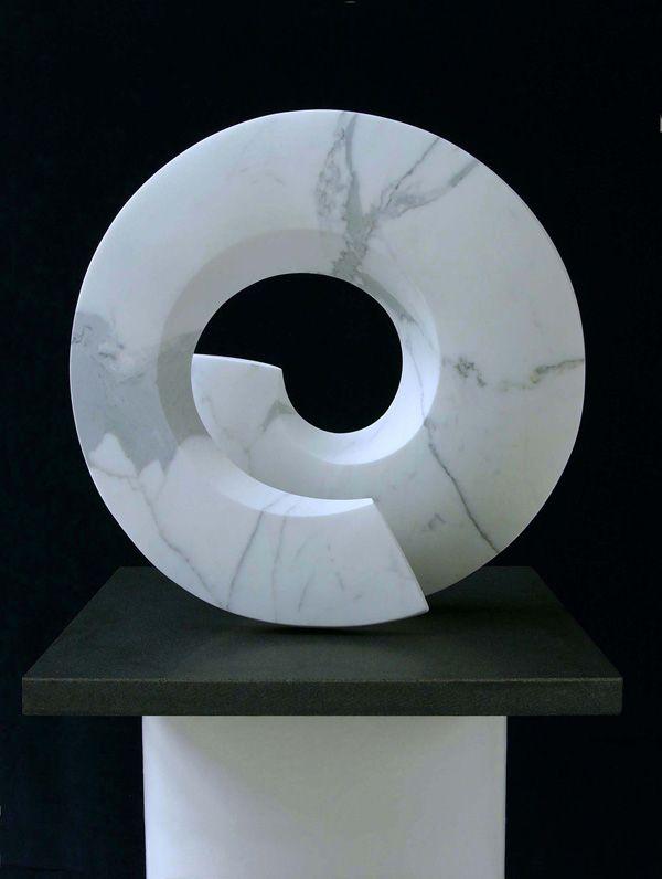 Las formas geométricas y la piedra en la escultura de Christophe Gordon-Brown. Matemolivares