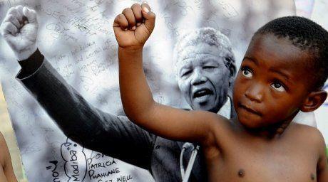 """5 dicembre 2013, oggi è un brutto Mandela Day. Oltre che la sua storia personale esemplare, Mandela ci ha lasciato pensieri profondi e indelebili. """"L'educazione è l'arma più potente che può cambiare il mondo"""", è la frase che scelgo per ringraziarlo e per guardare il futuro, augurandomi che si provi a metterla in pratica."""