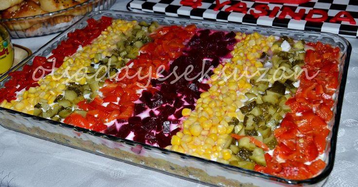 Oğlumun 4. doğum günü için yaptığım ve son günlerde favorim olan, bol bol yaptığım bir salata. Kumpir gibi üstünde her şey o...