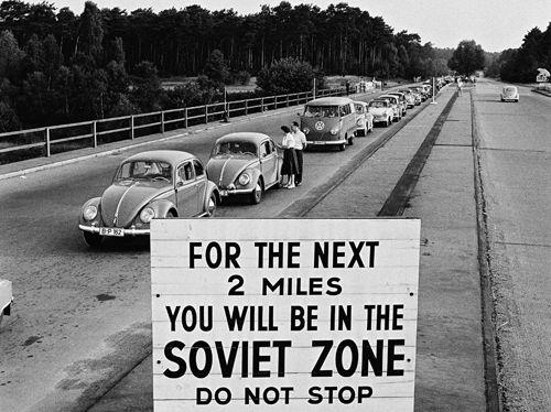 """Ausdruck der fehlenden Anerkennung der DDR: Hinweis auf Einfahrt in die """"Sowjetische Zone"""" am US-Kontrollpunkt Berlin-Dreilinden, 1959. © Bundesregierung, B 145 Bild-00019836, Foto: Gerd Schütz)"""