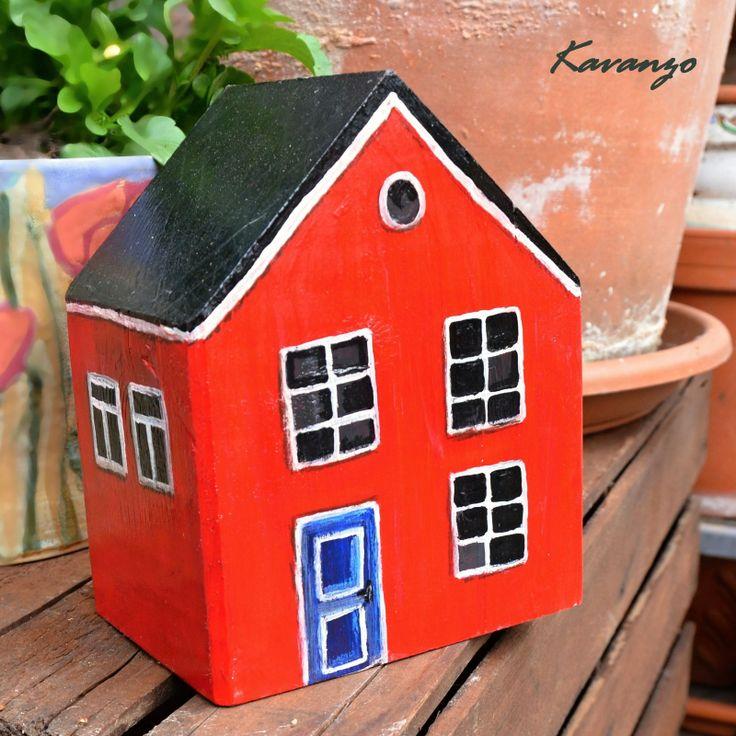 Červený domeček Když prší, je nejlepší zalézt si v červeném domečku pod dečku... Další dřevěný malovaný domeček většího kalibru (dá se použít i jako zbraň na lupiče). Lakovaný. Rozměr 17 cm na výšku, 14 cm na šířku, okýnka ze třech stran, černá stříška. Malováno akrylovými barvami a barevnými pastely