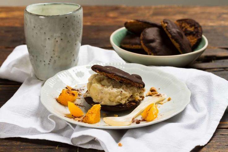 Recept voor soft serve bananen voor 4 personen. Met zout, sinaasappel, thee, pinda's, ei, roomboter, lichte basterdsuiker, pure chocolade, banaan, melk en bloem