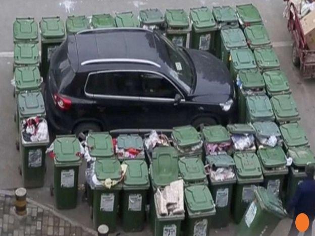 Padah parkir sesuka hati   ANHUI - CHINA. Tukang cuci warga emas di timur China menarik perhatian di media sosial selepas videonya meletakkan tong sampah di keliling sebuah kereta yang memakir kereta secara haram menjadi viral. Rakaman 40 saat yang dimuatnaik di dalam talian itu memaparkan tukang cuci yang memakai uniform berwarna biru itu meletakkan tong sampah penuh dengan sampah sarap di keliling sebuah kereta bewarna hitam lapor portal berita tempatan Ahwang.cn. Tukang cuci berkenaan…