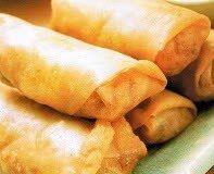 Loempia's kun je op vele manier vullen, maar dit recept is een Javaans-Surinaamse variant en een familie-recept. Er wordt een vulling gemaakt van fijngesneden ringetjes spercibonen of kouseband en kleine blokjes gebakken tahu. Je kunt kant en klare loempiavellen kopen, maar je ook wagen aan de uitdaging om de velletjes zelf te maken.