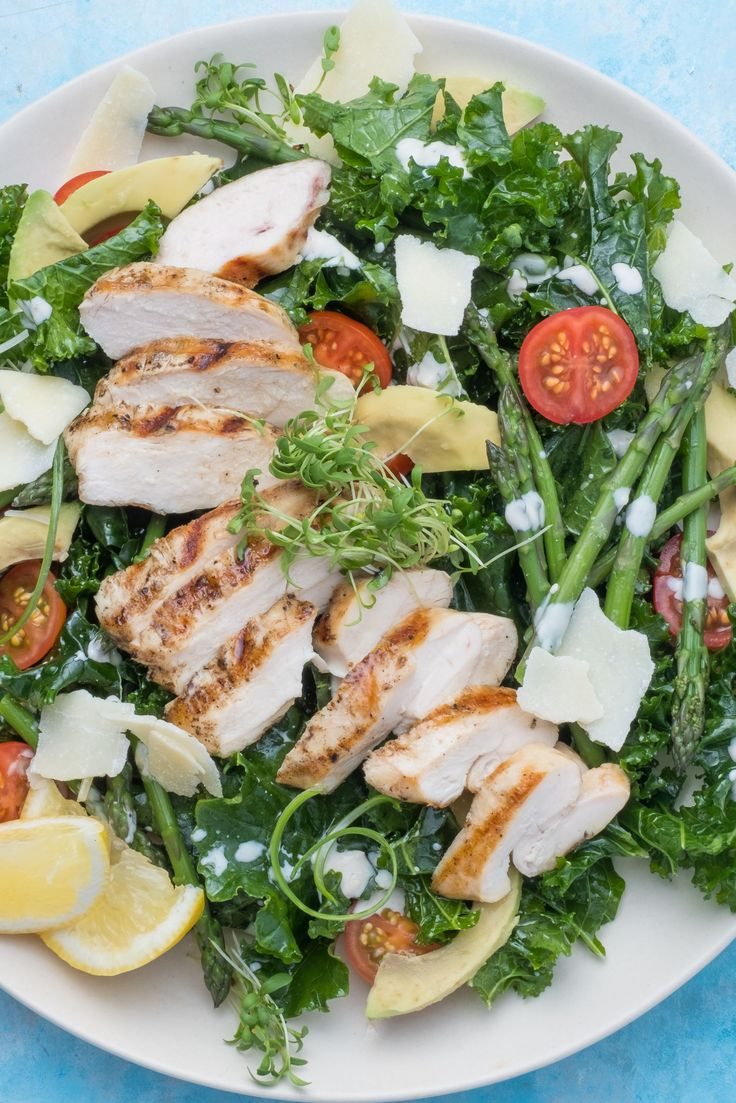 Fresh avocados, grilled chicken and crunchy kale leaves, all drizzled with a homemade caesar sauce and sprinkled with parmesan cheese... what more could you ask for?