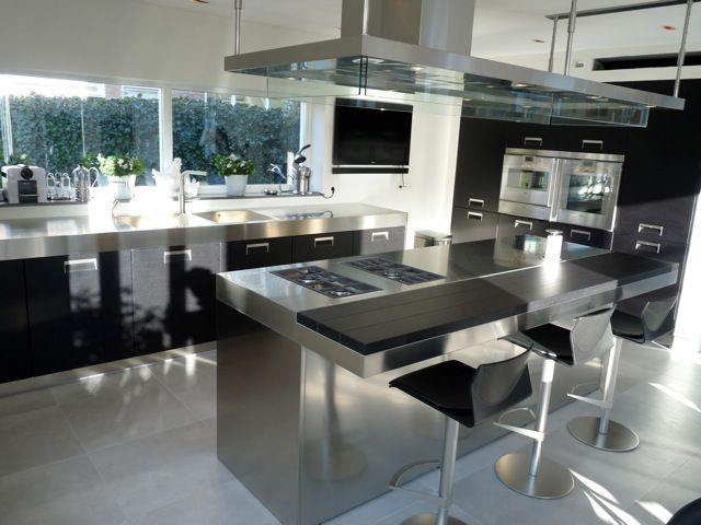 Arclinea Italia inox with black oak, worktop in inox.