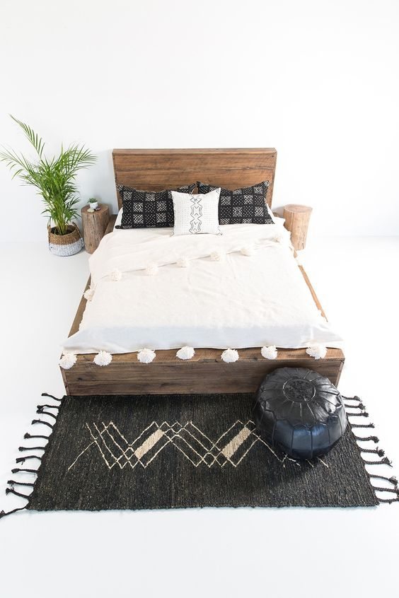 Ben jij ook zo dol op die relaxte, bohemien look in de slaapkamer? Een onmisbaar item om deze look écht door te zetten is een bed(frame) gemaakt van hout!Relaxte bohemien look In combinatie met veel wit en rieten of jute accessoires creëer je de perfecte look. Een macraméhanger aan de muur, een fluffy vloerkleed met franjes op de grond en rieten manden om je beddengoed of handdoeken in te bewaren; je droomkamer is af!Stiekem niet zo fan van deze stijl? Ook als je meer fan bent van de…