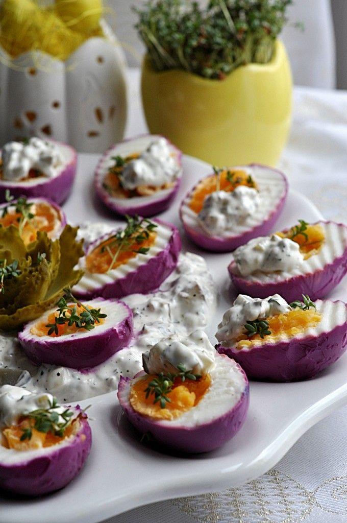 fioletowe jajka farbowane burakiem, beetroot dyed eggs