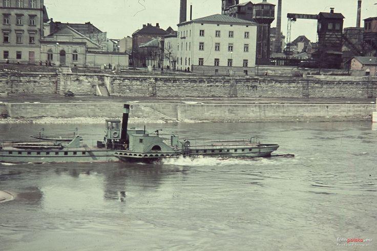 Lata 1940-1944 , Widok z mostu Podgórskiego na Wisłę, zabudowania przy ulicy Podgórskiej - po prawej widoczna gazownia i elektrownia miejska.