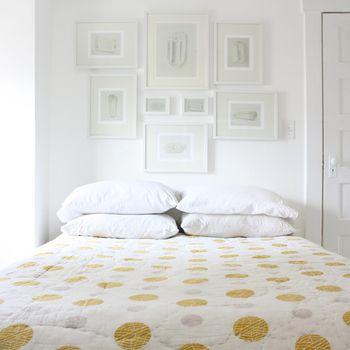 ベッドカバーのドット柄を主役に、白でまとめたドリーミーな寝室。素敵な夢が見られそう♪