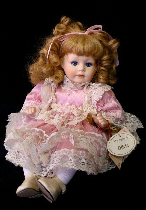 Antiga Boneca De Porcelana. Sentada.