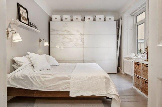 szare ściany w sypialni,biało-szara aranżacja sypialni,skandynawska sypialnia,sypialnia w stylu skandynawskim,drewniane łóżko,łóżko z naturalnego drewna,nowoczesna szafa w sypialni,szafa z przesuwnymi szklanymi drzwiami,szafa z ikea,niska szafka biała z wiklinowymi pojemnikami,skandynawska niska szafka,bielone deski na podłodze w sypialni,jak urządzić sypialnię w stylu skandynawskim,białe pudełka z ikea,biała wąska pólka nad łóżkiem w sypialni