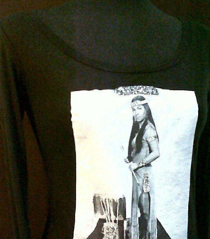 MODA-camiseta exclusiva de mi coleccion Fashion.Yuma dedicada e inspirada en la gran estrella SARA MONTIEL cuando protagonizo la pelicula Yuma en 1957 haciendo el papel de india.nativa.americana Yellow mocasin.