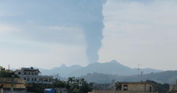 L'Etna è tornato in attività durante la sera di mercoledì 2 dicembre. Giovedì mattina i centri abitati sullo stretto si sono svegliati coperti di ceneri provenienti dal vulcano