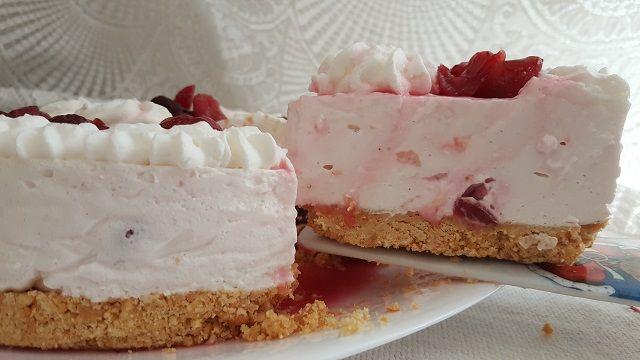 """Con la """"Cheesecake alle ciliegie"""" inauguriamo il periodo dei dolci freschi con la frutta di stagione.   Procedimento Iniziamo tritando i biscotti, nel frattempo sciogliere il burro in un pentolino, a questo punto unire i due ingredienti e amalgamarli bene.      Prendere la teglia"""