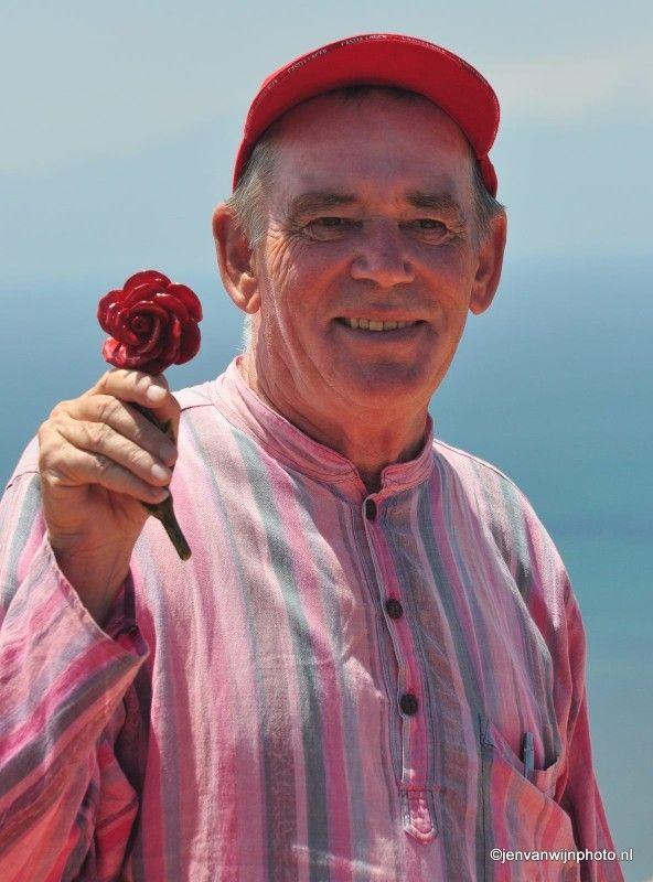 Rode roos wordt vastgehouden door Brian by Jen van Wijngaarden