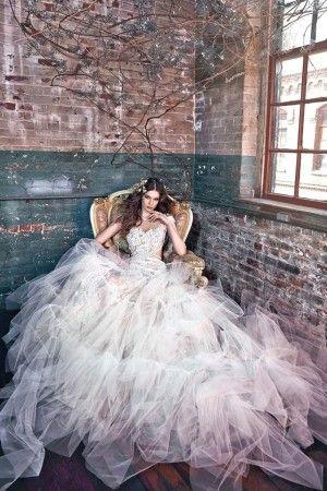Свадебные платья Galia Lahav 2016. Свадебные наряды с утонченными корсетами, сложными деталями из кружева и тюля на пышных юбках вдохновлены магическими героями детских сказок. Коллекция с классическими и современными силуэтами платьев наполнена романтичностью и легкостью.