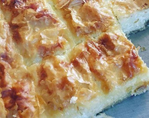 Μια πεντανόστιμη αφράτη μακαρονόπιτα με μπεσαμέλ. Μια πρωτότυπη και εύκολη συνταγή του Νικ. Τσελεμεντέ για μια χορταστική πίτα, για το καθημερινό οικογενει