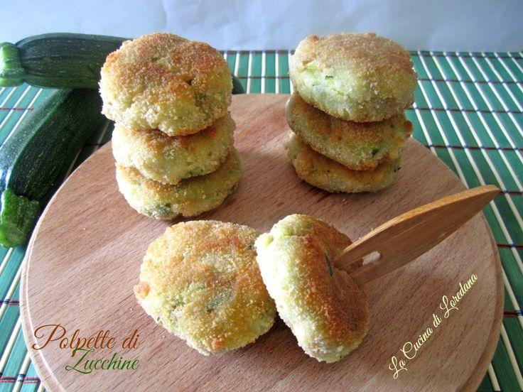 Le Polpette di zucchine sono un semplice e delizioso modo per far mangiare le verdure anche ai bambini e possono essere cotte in forno o in padella
